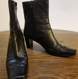 Nine & Co. black ankle boots size 9.5 stacked heel